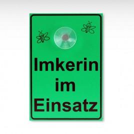 108009_saugnapfschild-imkerin-im-einsatz_01